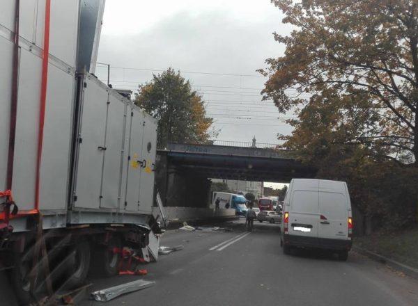 Ciężarówka zahaczyła o wiadukt