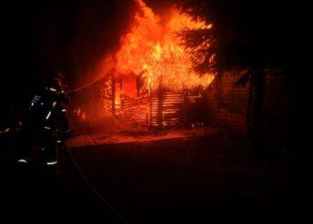 Drewniany budynek stanął w ogniu