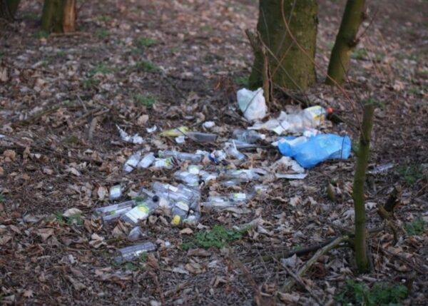 Sterta śmieci w pobliżu miejsca pamięci