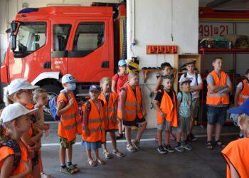 Mali strażacy na komendzie